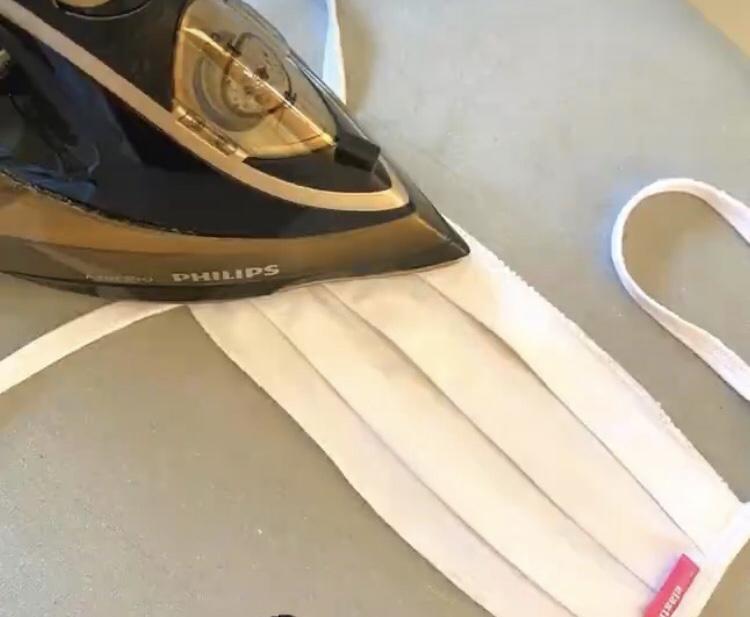 A LIPOELASTIC® újrahasználható, mosható, vasalható textilmaszk, vasalás közben